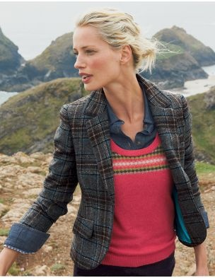 Another tweed jacket with a pop of pink underneath. Classic and beautiful.