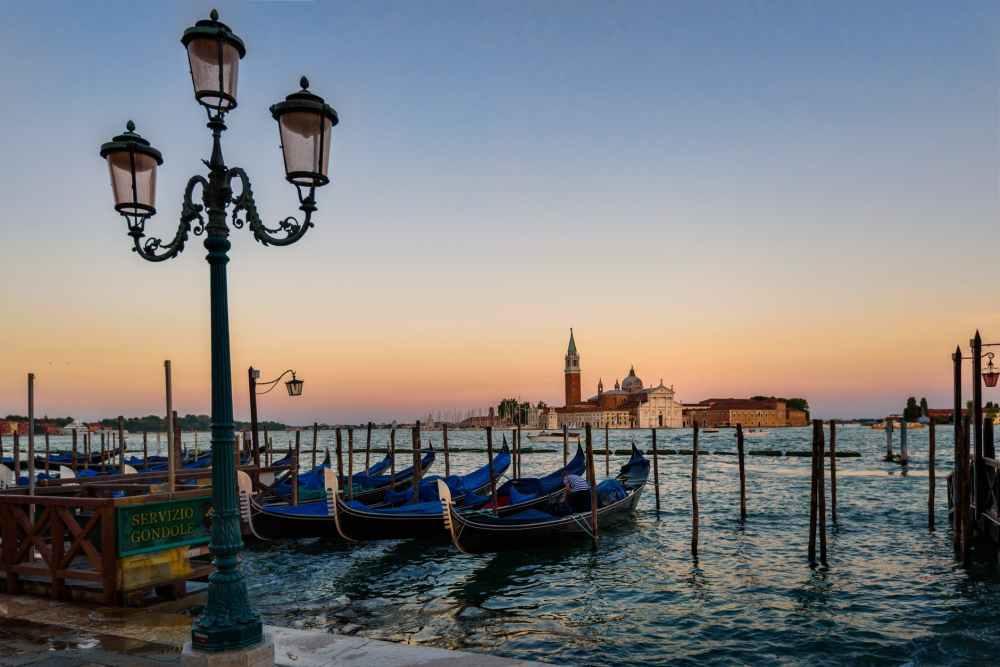venice-gondola-sunset-italian-163776.jpeg